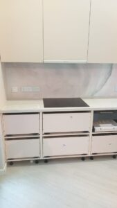 Кухонная столешница с разводами мрамора