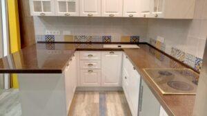 П-образная коричневая кухонная столешница из акрила с краплениями