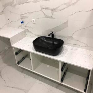 Белая столешница в ванну с темными разводами