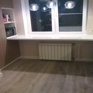 Белый подоконник переходящий в кухню
