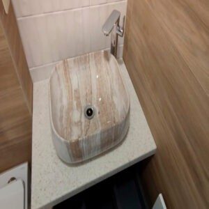 Маленькая акриловая столешница в ванну