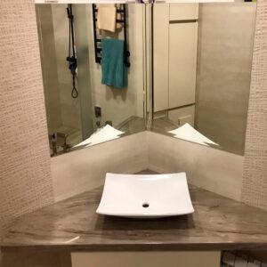 Оригинальная угловая столешница с мойкой в ванну