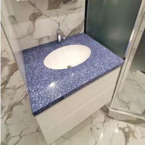 Синяя столешница с краплениями в ванну
