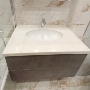 Светлая глянцевая столешница в ванну с интегрированной мойкой